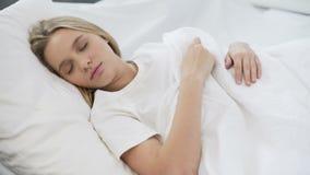 El dormir bastante femenino de los jóvenes reservado en el malo, colchón ortopédico cómodo almacen de video