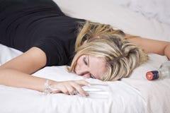 El dormir borracho de la mujer Imagen de archivo libre de regalías