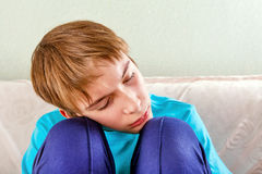 El dormir cansado del adolescente Imagenes de archivo