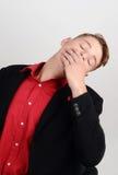 El dormir de bostezo cansado del hombre de negocios en la silla ejecutiva. Fotos de archivo libres de regalías