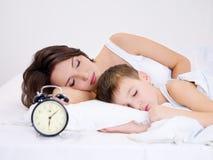 El dormir de la madre y del hijo Imagenes de archivo