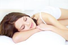 El dormir de la muchacha Foto de archivo libre de regalías