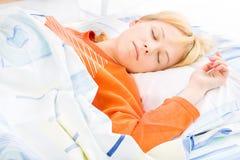 El dormir de la muchacha Fotos de archivo libres de regalías