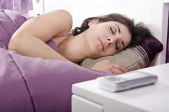 Muchacha durmiente cerca al teléfono Foto de archivo libre de regalías