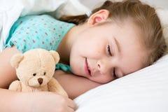 El dormir de la muchacha del niño Fotos de archivo