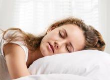 El dormir de la mujer Foto de archivo libre de regalías