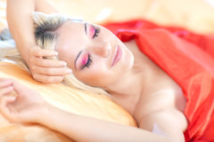 El dormir de la mujer joven Fotos de archivo libres de regalías
