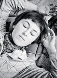 El dormir de la mujer joven Fotos de archivo