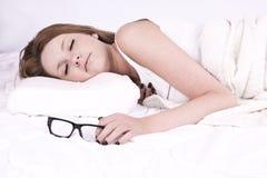 El dormir de la mujer joven foto de archivo