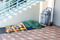 El dormir de la persona sin hogar Imagen de archivo libre de regalías