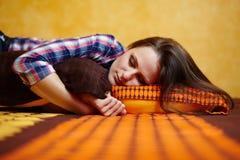 El dormir de la señora joven Imagenes de archivo