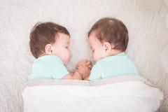 El dormir de los gemelos del bebé foto de archivo libre de regalías