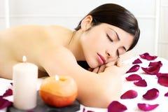 El dormir de relajación de la mujer hermosa descubierto durante masaje en balneario Fotos de archivo libres de regalías