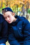 El dormir del adolescente al aire libre Fotos de archivo
