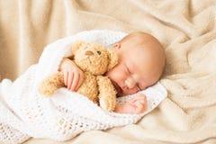 El dormir del bebé tirado en una manta Fotografía de archivo libre de regalías
