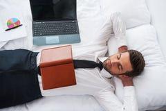 El dormir del hombre de negocios fotos de archivo libres de regalías