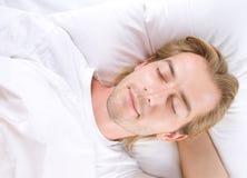 El dormir del hombre joven Imagenes de archivo