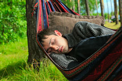 El dormir del hombre joven Imagen de archivo libre de regalías