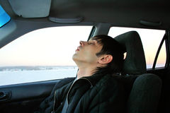 El dormir del hombre joven Imágenes de archivo libres de regalías