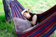 El dormir del hombre joven Fotos de archivo