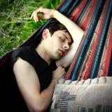 El dormir del hombre joven al aire libre Foto de archivo libre de regalías