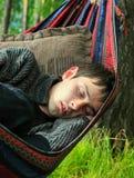 El dormir del hombre joven al aire libre Imagen de archivo