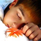 El dormir del muchacho al aire libre Fotos de archivo