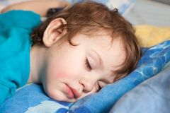 El dormir del niño fotografía de archivo