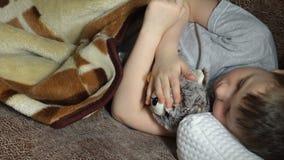 El dormir del niño almacen de metraje de vídeo