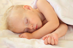 El dormir del niño pequeño Imagen de archivo libre de regalías