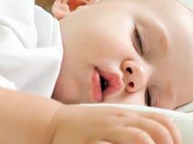 El dormir del pequeño niño Foto de archivo