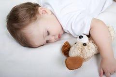 El dormir del pequeño niño fotos de archivo