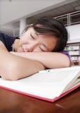 El dormir en biblioteca Foto de archivo