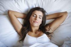 El dormir en cama Fotografía de archivo libre de regalías