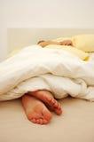 El dormir en cama foto de archivo