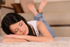 El dormir en el piso. Mujeres jovenes hermosas que duermen en el flo Imagenes de archivo
