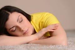 El dormir en el piso. Primer de las mujeres de mediana edad hermosas s Imagenes de archivo