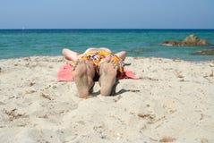 El dormir en la playa Imagen de archivo