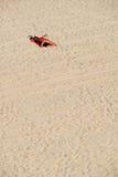 El dormir en la playa Imágenes de archivo libres de regalías