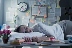 El dormir en oficina imagenes de archivo