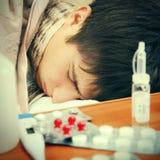 El dormir enfermo del adolescente Imagenes de archivo