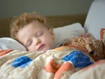 El dormir enfermo del niño fotografía de archivo
