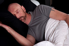 El dormir envejecido medio calvo del hombre Imagenes de archivo
