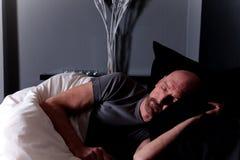 El dormir envejecido medio calvo del hombre Imágenes de archivo libres de regalías