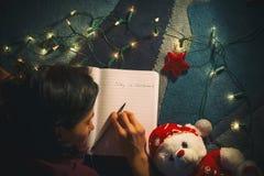 El dormir femenino joven en su diario en la Navidad Imagen de archivo
