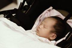 El dormir femenino tailandés asiático del bebé Imagenes de archivo