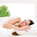 El dormir hermoso de la mujer Imagen de archivo
