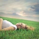El dormir hermoso de la mujer Fotografía de archivo