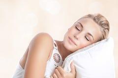 El dormir hermoso de la mujer Fotografía de archivo libre de regalías