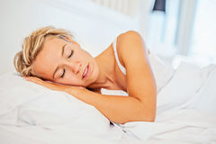 El dormir hermoso de la mujer joven Imágenes de archivo libres de regalías